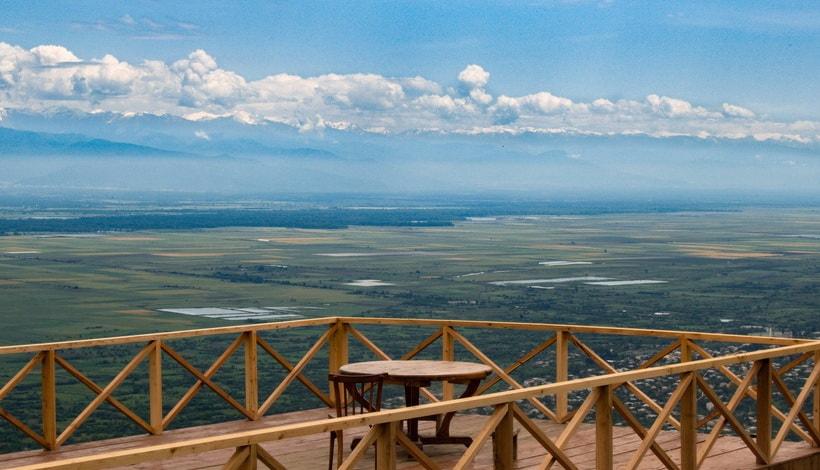 Кавказские горы и Алазанская долина вдалеке
