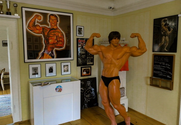 Full-size wax statue of Arnold in his competetive shape