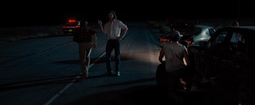 Герои пытаются остановить автомобиль на шоссе
