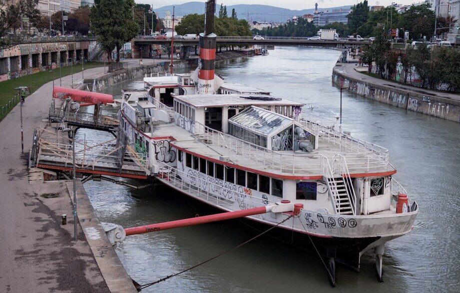 BOAT CAFÉ ON THE DANUBE CANAL: Vienna