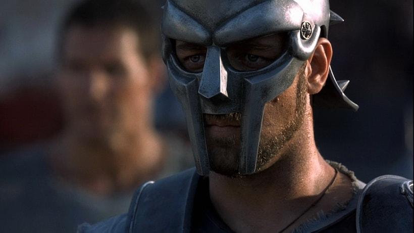 Рассел Кроу в титульном образе генерала Максимуса, защитника Рима