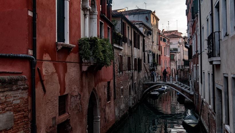 VESPER CROSSES THE BRIDGE: Venice movie locations