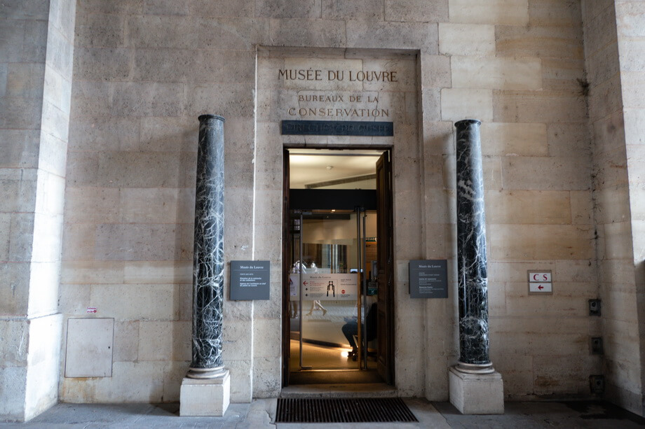 The entrance to Louvre