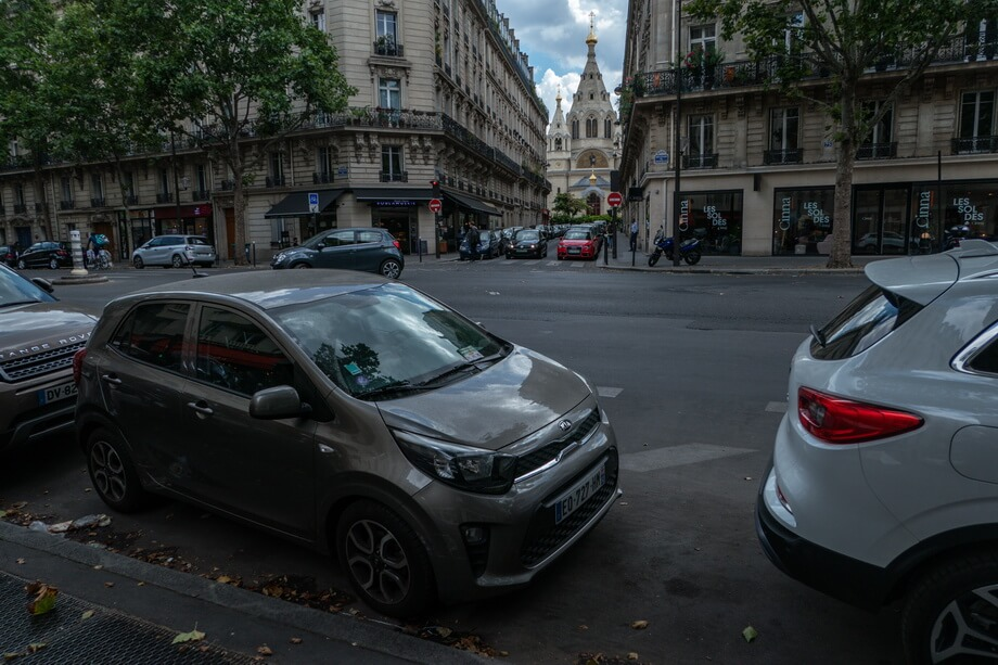 Crossroad of 'Boulevard de Courcelles' and 'Rue des Renaudes' Paris